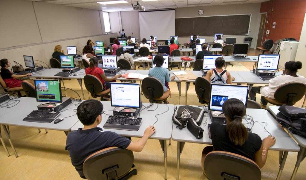 computer-lab-with-students